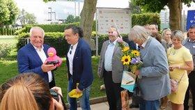 Bavič Richard Genzer překvapil Václava Klause, přinesl mu k narozeninám růžovou kachničku.