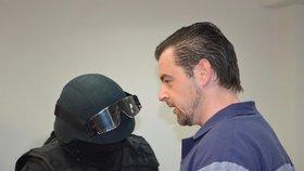 Petr Kramný před soud předstoupil ve vězeňském mundúru.