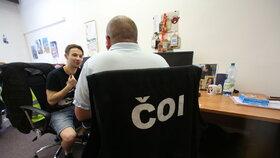 Pan Jan (31) pracuje pro ČOI už sedm let. Kancelář má plnou padělků