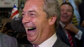 Nigel Farage (UKIP) slaví. Velká Británie vystupuje z EU.