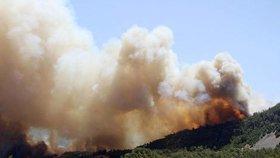 Požár v turecké provincii Antalya ohrožuje i přímořské letovisko Olimpos, úřady evakuovaly turisty.