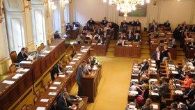 Poslanci schválili senátní návrh na zavření obchodů během vybraných svátků. Na galerii pro hosty tomu přihlížely i prodavačky.