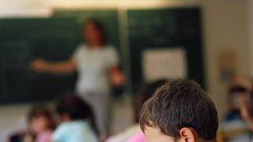 Učitelka je podezřelá ze sexuálního obtěžování chlapců.