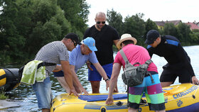 Prezident Miloš Zeman se tradičně vydal na plavbu po veselském rybníku. V doprovodu ochranky a s gumovým člunem (4. 7. 2016)