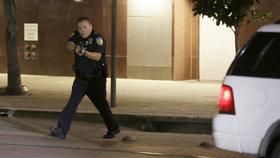 Zásah policie v Dallasu proti ozbrojeným útočníkům. Z poklidné demonstrace vzešla přestřelka. Lidé demonstrací protestovali proti zabití dvou černošských mužů, policie je vyšetřovala v souvislosti s držením zbraní.