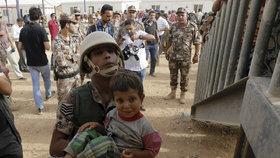 Syrští uprchlíci uvízli na jordánsko-syrské hranici.