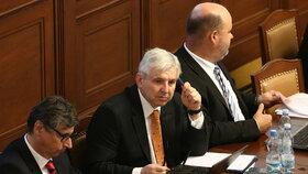 Jiří Rusnok byl premiérem od léta 2013 do ledna 2014, většinu času byla jeho úřednická vláda v demisi, protože nezískala důvěru Poslanecké sněmovny. Po jeho boku ministr financí Jan Fischer (vlevo) a ministr vnitra Martin Pecina (vpravo).
