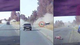 Při šílené dopravní nehodě vypadla z auta malá holčička.