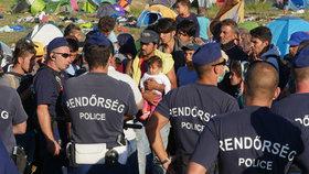 Maďarská policie mlátí migranty: Bijí nás pěstmi, kopanci i obušky, stěžuje si uprchlík.