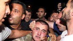 Kapitulace vojáků. Policie je odvedla pryč z místa střetů z civilisty
