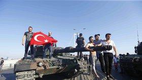 Pokus o státní převrat v Turecku. Nejméně 90 mrtvých a 1500 zraněných.
