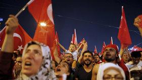 Turci vyšli po nepovedeném puči znovu do ulic a slavili potlačení vzpoury.