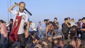 Turci lynčují vzbouřence.