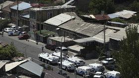 Policejní stanice obklíčila policie a z celé okolní čtvrti byla vyloučena doprava.