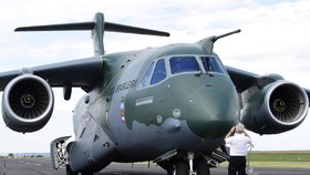 Vojenský nákladní letoun KC-390 brazilské společnosti Embraer, na jehož výrobě se podílí Aero Vodochody, se představil 18. července na Letišti Vodochody.