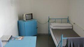 Takto na Mírově vypadá vězeňská cela.