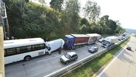 Autobus a kamion sešrotovaly dodávku.