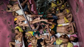 Plíseň, infekce a spánek na směny v děsivém žaláři,  3800 muklů v base pro 800 lidí. Zabrané místo = smrt.