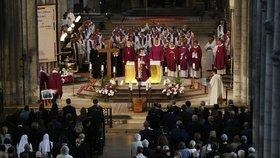 Francie se loučí se zavražděným knězem.