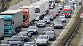 Ministerstvo dopravy připravilo novelu, která má změnit pravidla vytváření uličky pro vozy záchranářů a hasičů.