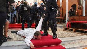 Pár dní po vraždě kněze ve Francii: Zaminovali kostel, faráře vytáhli z chrámu.