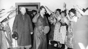 Hitlerova olympiáda: Berlín 1936, Hitler v olympijské vesnici