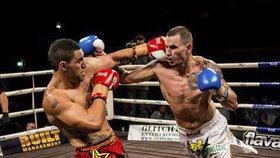 Z Čecha (vpravo), který uprchl před policií na Nový Zéland, je špičkový kickboxer.