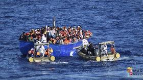 Itálie je pod tlakem migrantů z Afriky. Italové je zachraňují ze Středozemního moře.