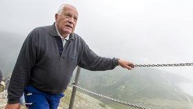 Desítky lidí zamířily 10. srpna na nejvyšší horu České republiky Sněžku, kde se uskutečnila tradiční Svatovavřinecká pouť. Na vrchol vystoupal také bývalý prezident Václav Klaus (na snímku).