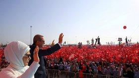 Erdogan s manželkou Emine zamávali v Istanbulu stovkám tisíc Turků, kteří přišli vyjádřit prezidentovi podporu