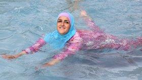 Muslimky plavou v úboru nazvaném burkini (ilustrační foto).