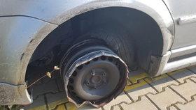 Policisté v Postřižíně zadrželi silně opilého muže, který jel v autě bez zadní gumy.