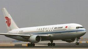 Kvůli pilotovi, který chtěl během cesty použít elektronickou cigaretu, muselo letadlo společnosti Air China se 153 pasažéry a 9 členy posádky náhle klesnout o téměř 6000 metrů. (ilustrační foto)