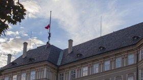 Ztohoven opět v akci: na Pražském hradě vyvěsil rudé trenýrky