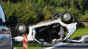 Při nehodě na dálnici D5 nedaleko Mýta na Rokycansku jeden člověk zemřel a další lidé se zranili při nehodě kamionu a tří osobních aut.
