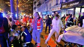 Teroristické útoky v Paříži: záchranáři zasahují před koncertní síní Bataclan.