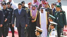 Saúdská Arábie právě pořádá summit, který má více provázat geograficky vzdálené, ale ekonomicky podobně silné regiony Blízkého východu a Latinské Ameriky. Na rijádském letišti tak král Salmán bin Abd al-Azíz (vpravo) přivítal venezuelského prezidenta Nicoláse Madura.