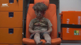 Zkrvavený chlapec Umrán Dakníš po náletu vojsk