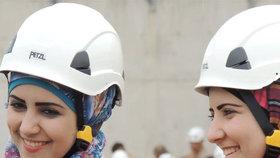 Syrské Bílé helmy byly nominovány za pomoc civilistům na Nobelovu cenu. Jsou mezi nimi i ženy.