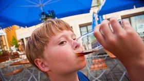 Děti podle průzkumu ochutnají alkohol už v 11 letech, nejčastěji pak doma (ilustrační foto).