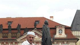 Imaginární invazi takzvaného Islámského státu do České republiky sehráli 21. srpna odpoledne v Praze přívrženci bojovníka proti islámu Martina Konvičky.
