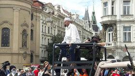 Konvičkovci na Staroměstském náměstí vystrašili lidi příjezdem islamistů.