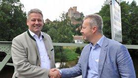 Ministři životního prostředí Česka a Rakouska Richard Brabec (vpravo) a Andrä Rupprechter se sešli 21. července v Hardeggu, který je sídlem rakouské správy Národního parku Podyjí.
