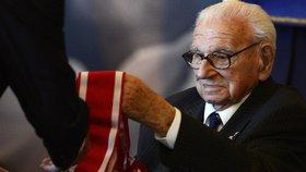 Prezident Miloš Zeman při příležitosti výročí vzniku československého státu 28. října udělil Řád bílého lva zachránci stovek židovských dětí, siru Nicholasi Wintonovi.