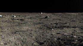 Fotografie pořízená lunární sondou Čchang-e 3 na povrchu Měsíce.