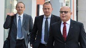 Zpravodajec Jan Pohůnek a dva bývalí ředitelé Vojenského zpravodajství Milan Kovanda a Ondrej Páleník přicházejí k soudu, kde si vyslechli osvobozující rozsudek.