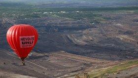 Aktivisté ekologické organizace Greenpeace vypustili 29. května horkovzdušný balon se dvěma velkými transparenty s nápisem Nevolte uhlí a přeletěli s ním nad lomem Československá armáda společnosti Mostecká uhelná (MUS)