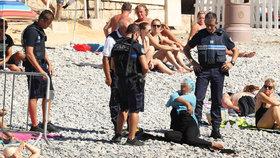 Policisté přinutili muslimku svléknout: Prý to byla past na strážce pořádku!