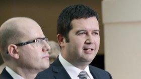 Předseda ČSSD Bohuslav Sobotka (vlevo) a Jan Hamáček, kandidát strany na funkci místopředsedy Poslanecké sněmovny, vystoupili 25. listopadu na tiskové konferenci v Poslanecké sněmovně.