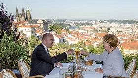 Premiér Bohuslav Sobotka s německou kancléřkou Angelou Merkelovou navštívili 25. srpna restauraci v areálu Strahovského kláštera v Praze.